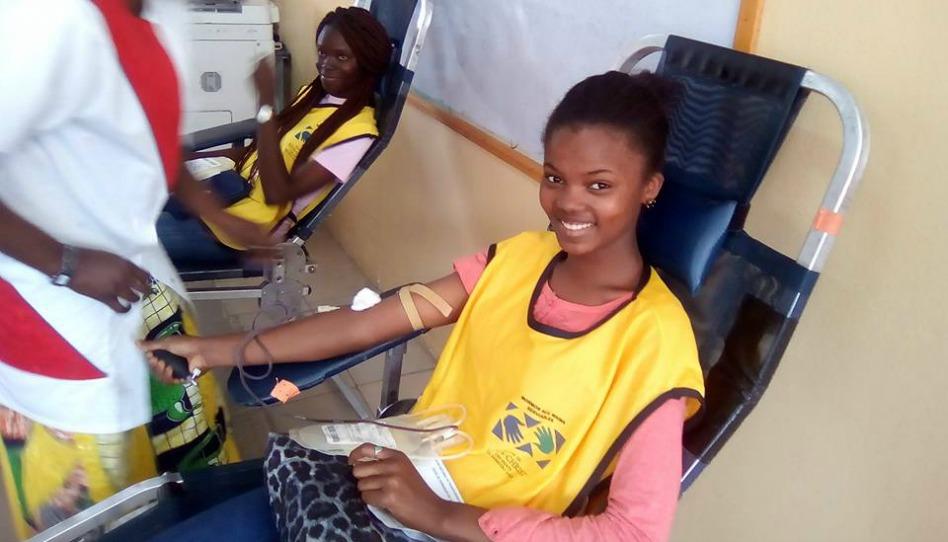 les mains serviables donnent de leur sang pour les hôpitaux de la région