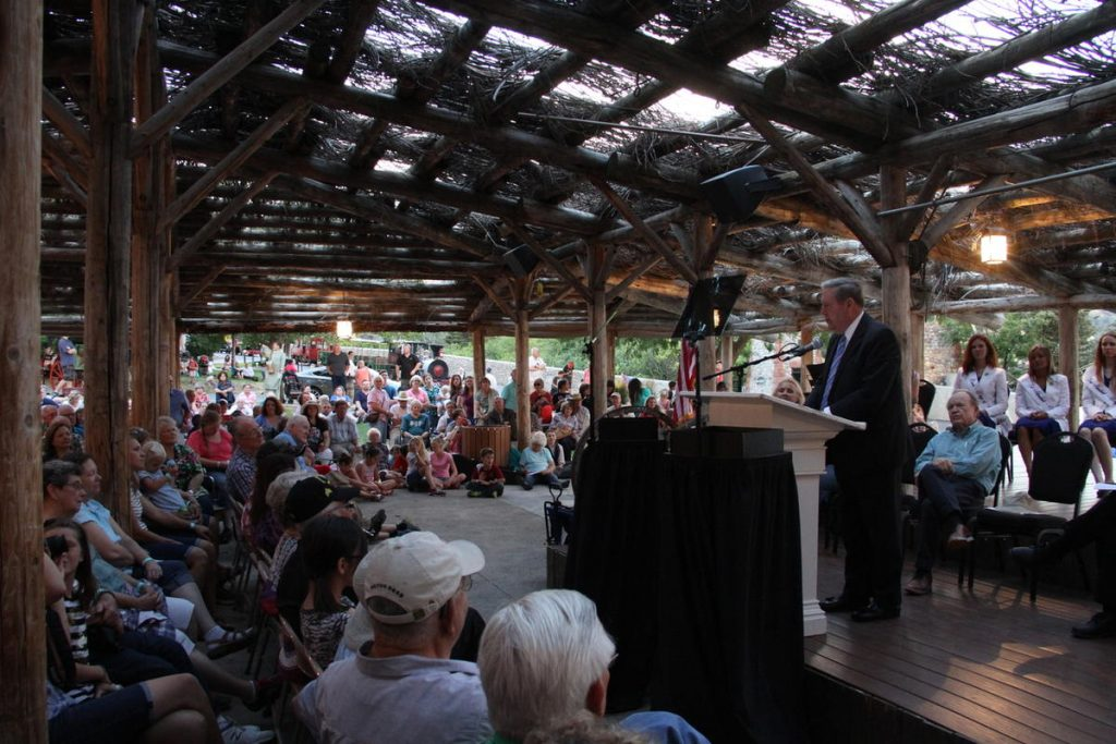 Elder Holland devant la foule des participants, expliquant l'héritage pionnier