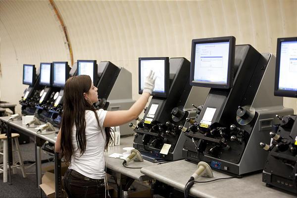 Une employée de Mountain Vault convertie des microfilms en images numériques
