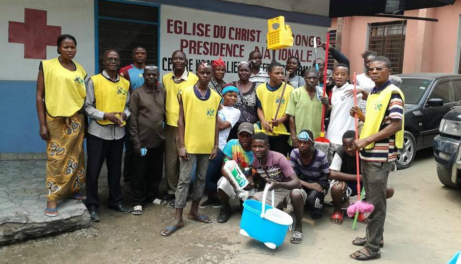 les mains serviables après avoir nettoyé un hôpital en RDC