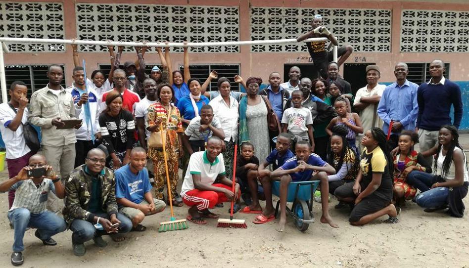 les mains serviables ont nettoyé une école en RDC