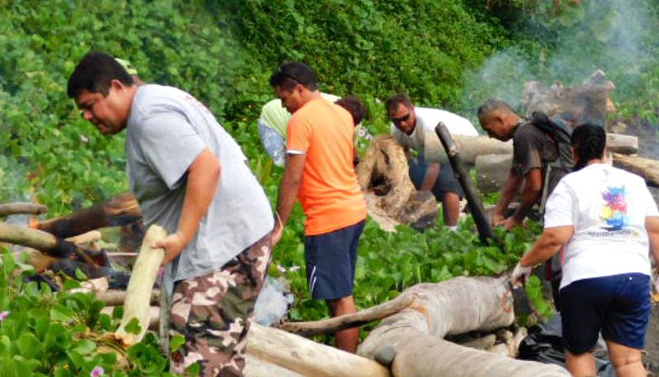 mains serviables nettoient la plage d'Orofara