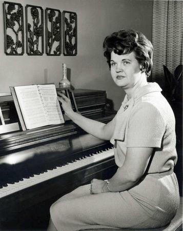 soeur Monson au piano