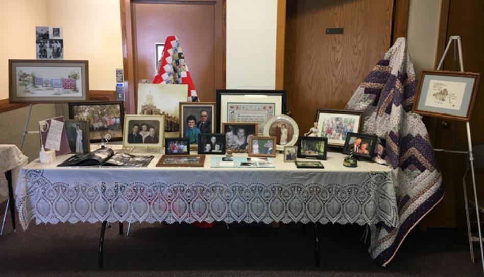 Préparez une table avec des souvenirs du défunt lors de funérailles