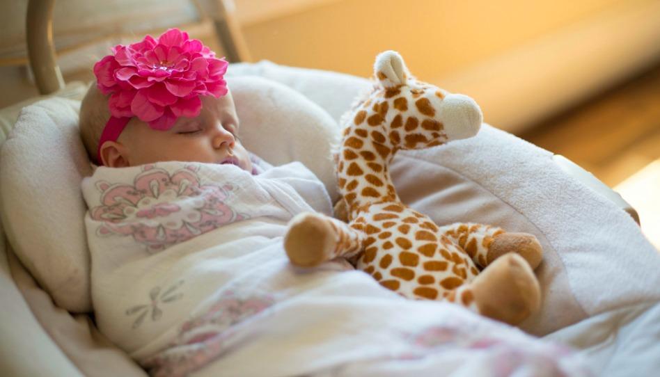 une petite fille qui dort: elle est une enfant de Dieu