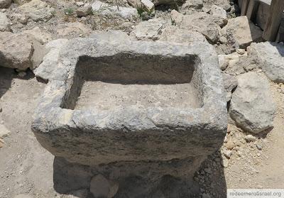 mangeoire en pierre, une telle mangeoire a probablement servi de lit à Jésus après sa naissance