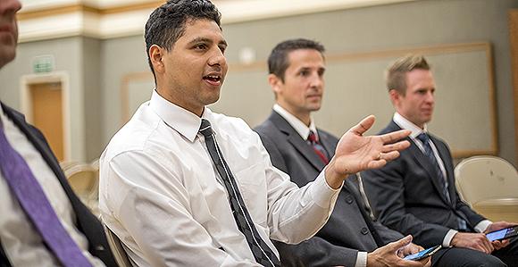 un homme participe à la réunion de conseil, chaque membre peut prendre la parole sur le sujet du jour