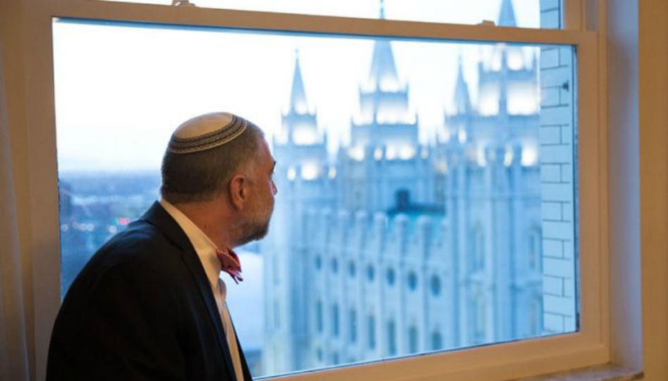 Des dirigeants juifs visitent le centre d'entraide de l'Église