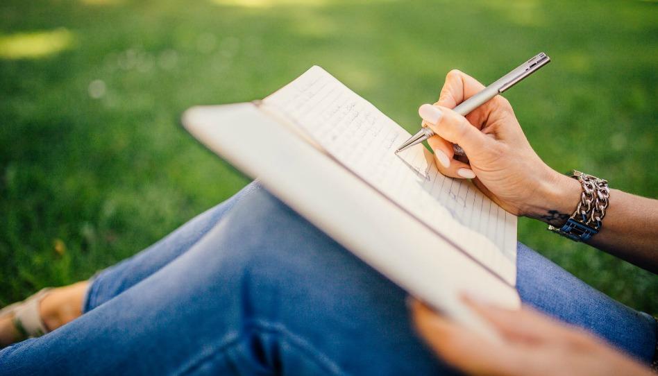 écrire dans son journal pour se souvenir de son histoire personnelle