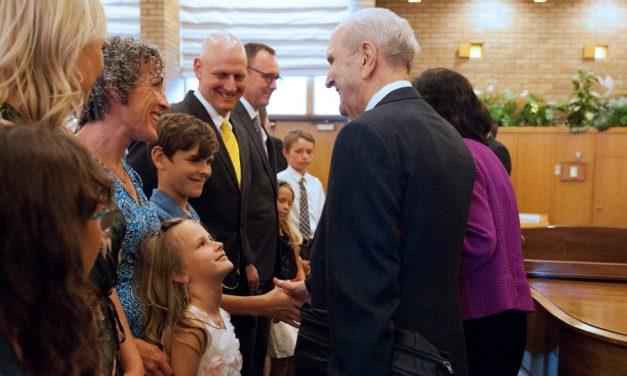 Le président Nelson donne une bénédiction apostolique aux Saints de l'Alberta