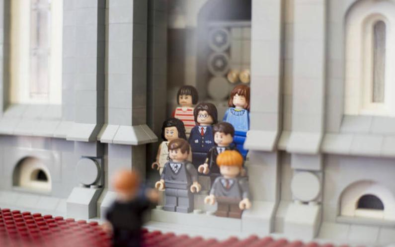 personnes devant le temple en briques Lego