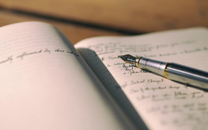 quelqu'un écrit son histoire dans un carnet
