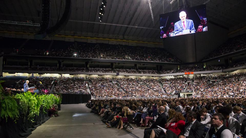 Président Nelson s'adresse à l'assemblée lors de la veillée du 18 novembre au Texas