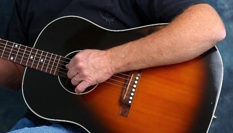 le Saint-esprit fait beaucoup pour nous aider à développer nos talents: par exemple nous soutenir dans l'apprentissage de la guitare