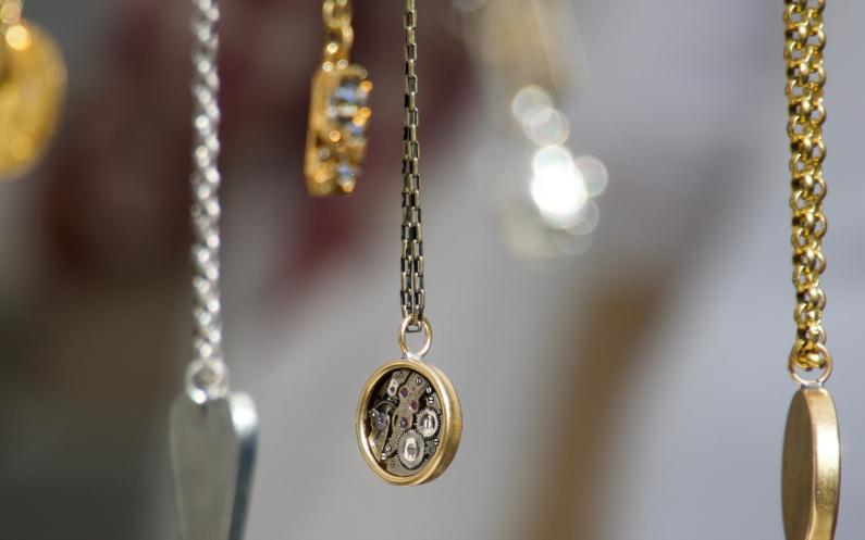 le sacrifice et l'exemple de son père avec un collier en argent pour Noël