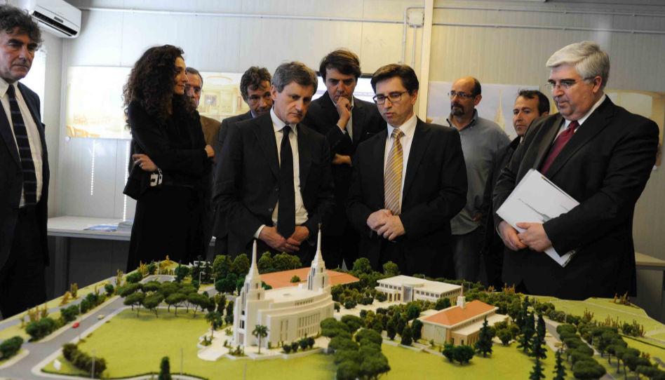 Elder De Feo avec le maire de Rome lors de la visite des travaux de construction du temple de Rome