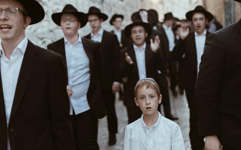 un jeune garçon qui se rend à la synagogue