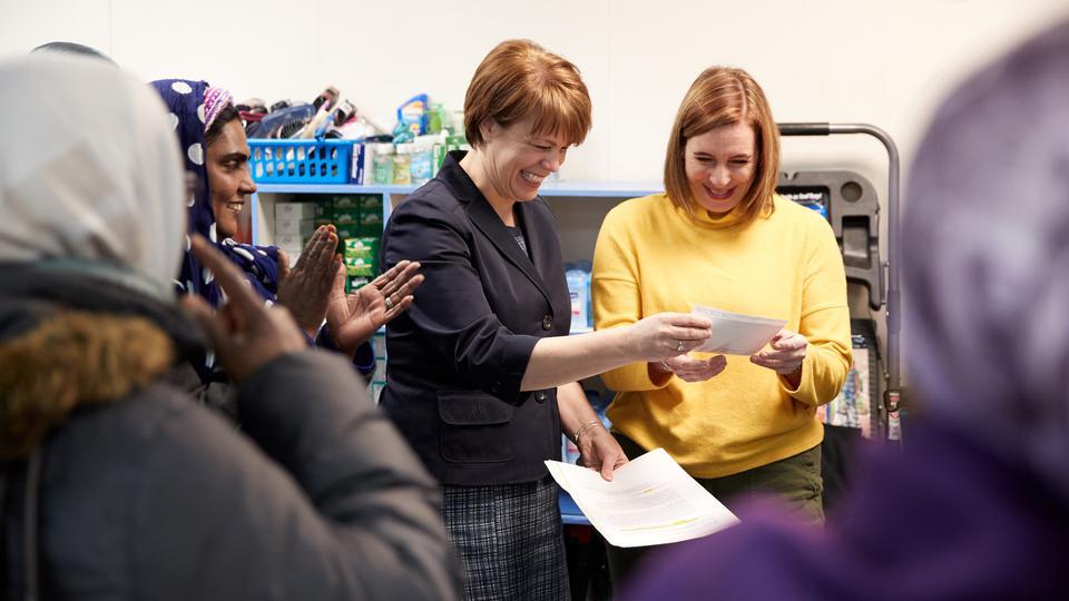 Soeur Eubank remet u chèque à Refugee Connection
