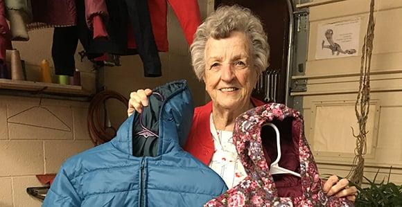 Betty Luke a confectionné plus de 1000 manteaux pour les défavorisés en 6 ans.