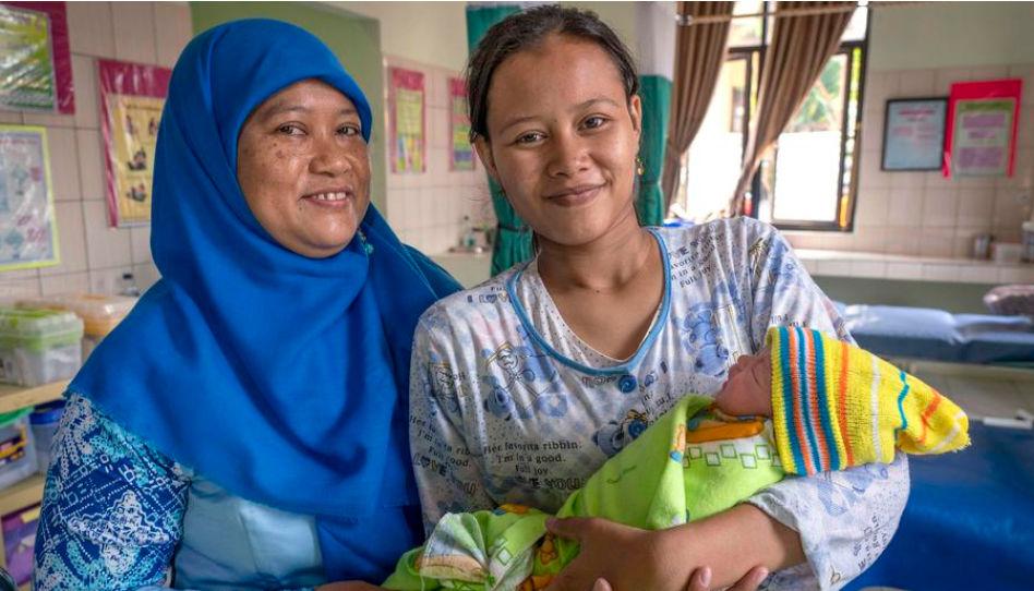 Indonésie: une infirmière, une maman et son nouveau-né