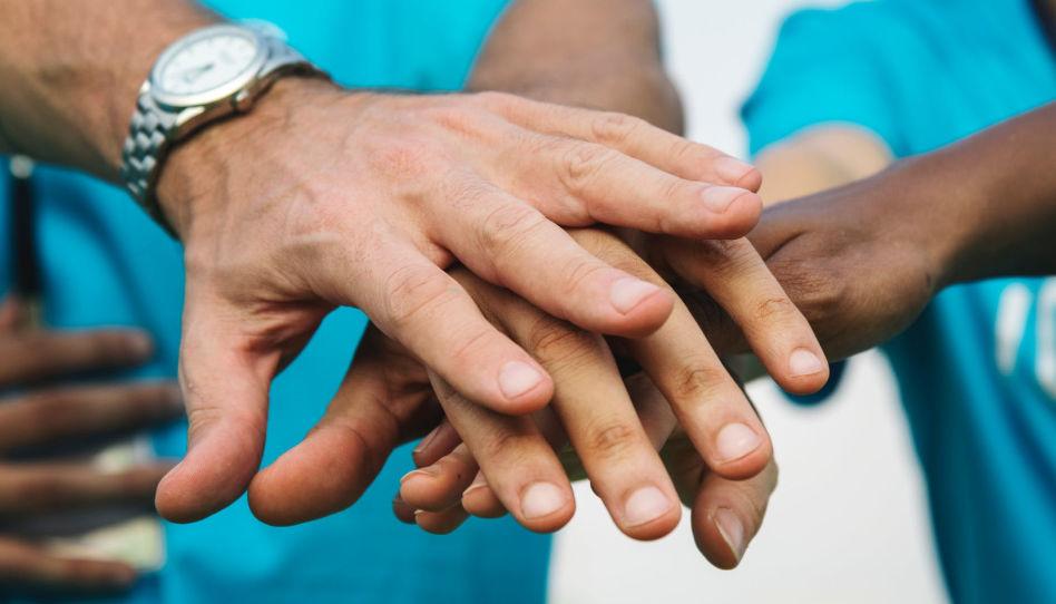 aider la collectivité est possible pour les saints en dehors des actions de l'Eglise