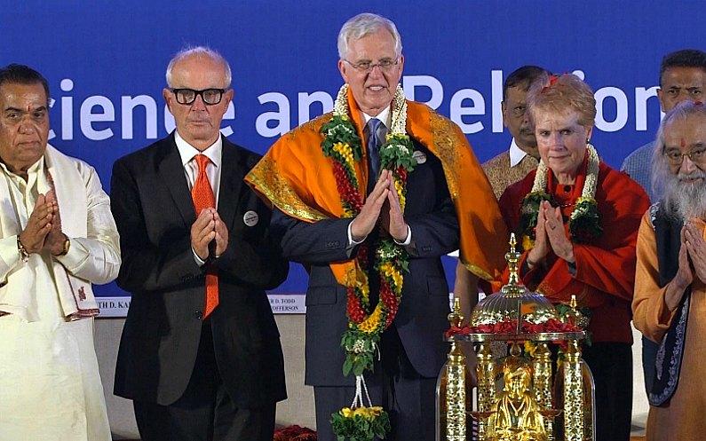 Elder Christofferson avec des représentants d'autres religions