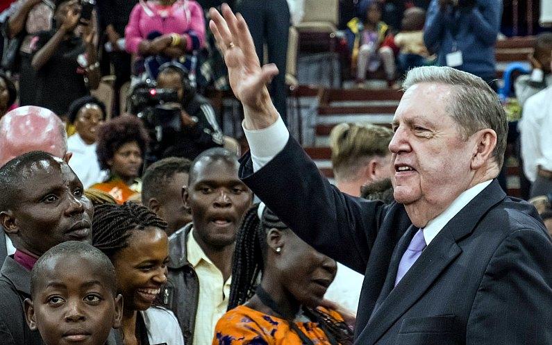 Elder Holland s'adressant à une congrégation