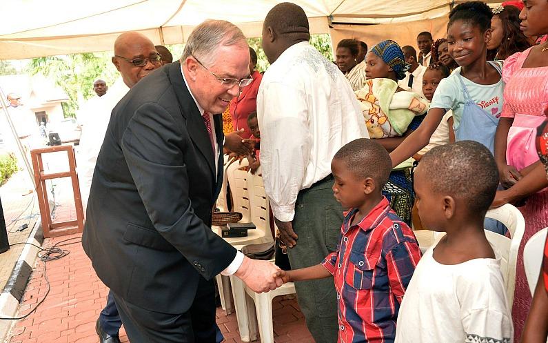 Elder Andersen serre la main d'enfants