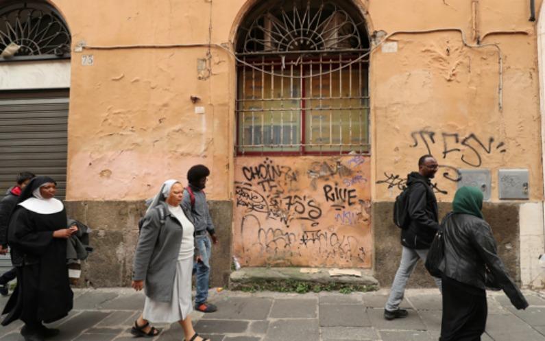 Des réfugiés allant visiter un musée après les cours à l'Église épiscopale Saint-Paul-dans-les-Murs de Rome