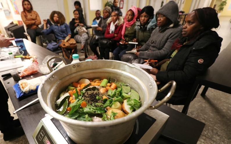 Des réfugiés assistent à un cours de cuisine de LDS Charities