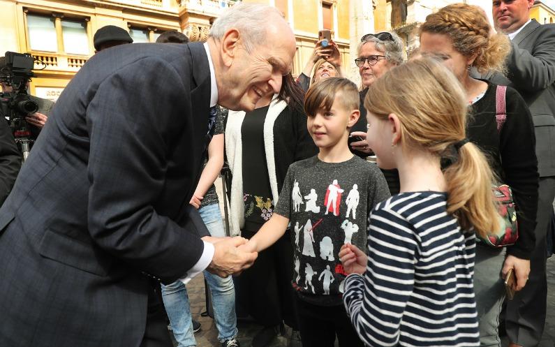 Président Nelson avec des enfants devant le Vatican