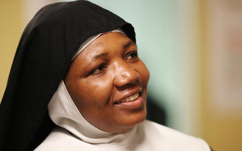 Une réfugiée nigériane et une sœur catholique de l'abbaye Perpetwa