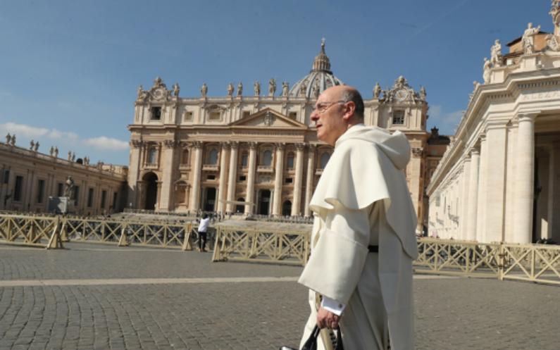 Prêtre catholique devant le Vatican