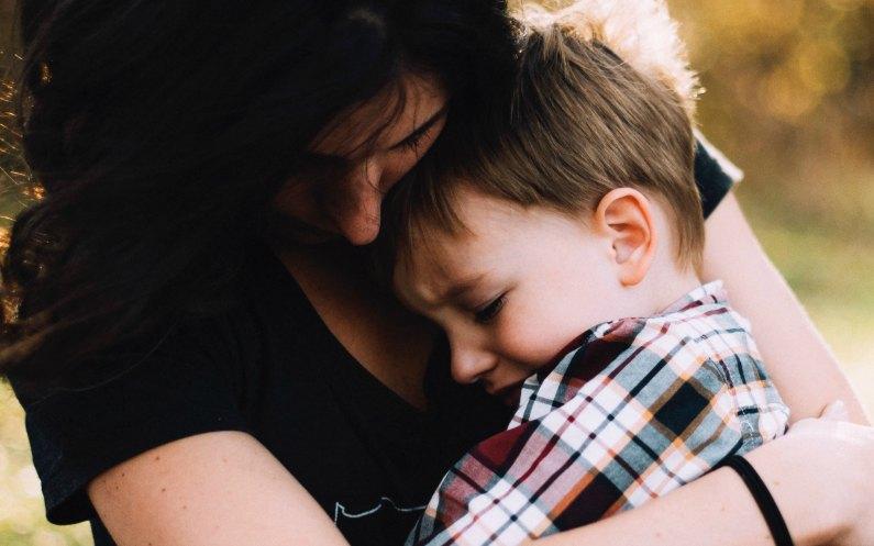 une mère protège son enfant